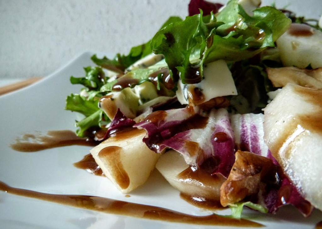 sałatka z gruszką i serem pleśniowym