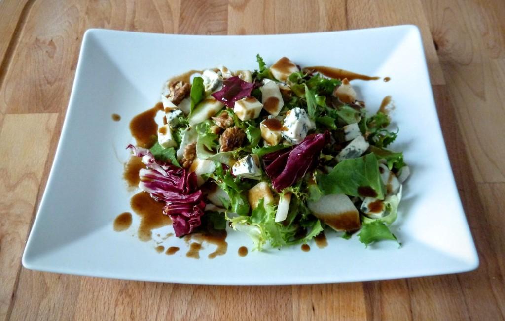 salatka z gruszka i serem pleśniowym