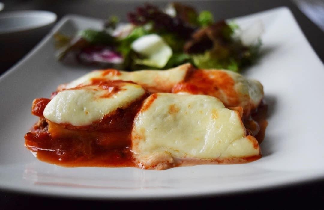 cannelloni z miesem mielonym czerwonym pesto i porem w sosie pomidorowym
