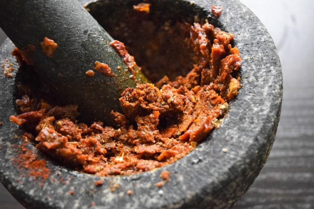 Makaron-z-cieciorką-papryką-i-czerownym-pesto-przygotowanie