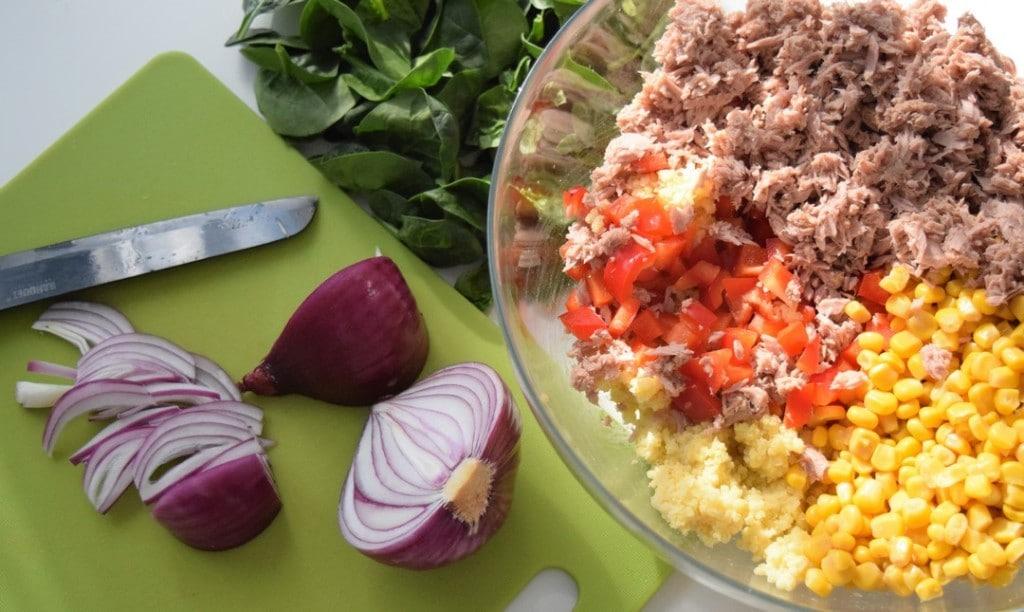 salatka z kaszy jaglanej z tunczykiem przygotowanie