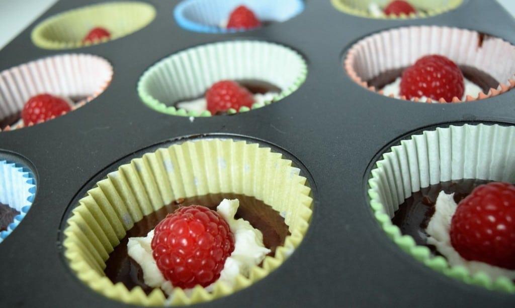 czekoladowe muffiny z malinami i serkiem mascarpone przygotowanie