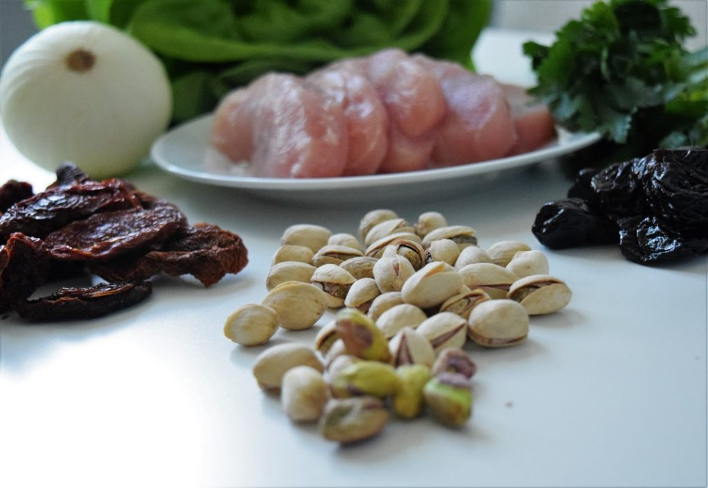 skłądniki do roladek z indyka nadziewanych pistacjami i suszonymi pomidorami