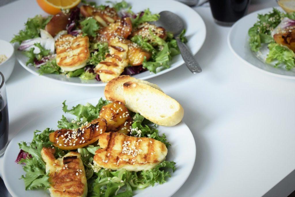sałatka z grillowanym serem halloumi i brzoskwiniami, ciekawostka o serze halloumi