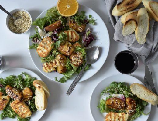 widok na sałatkę z grillowanym serem halloumi i brzoskwiniami