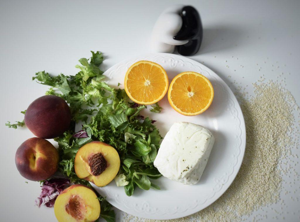 składniki potrzebne do przygotwowania sałatki z grillowanym serem halloumi i brzoskwiniami