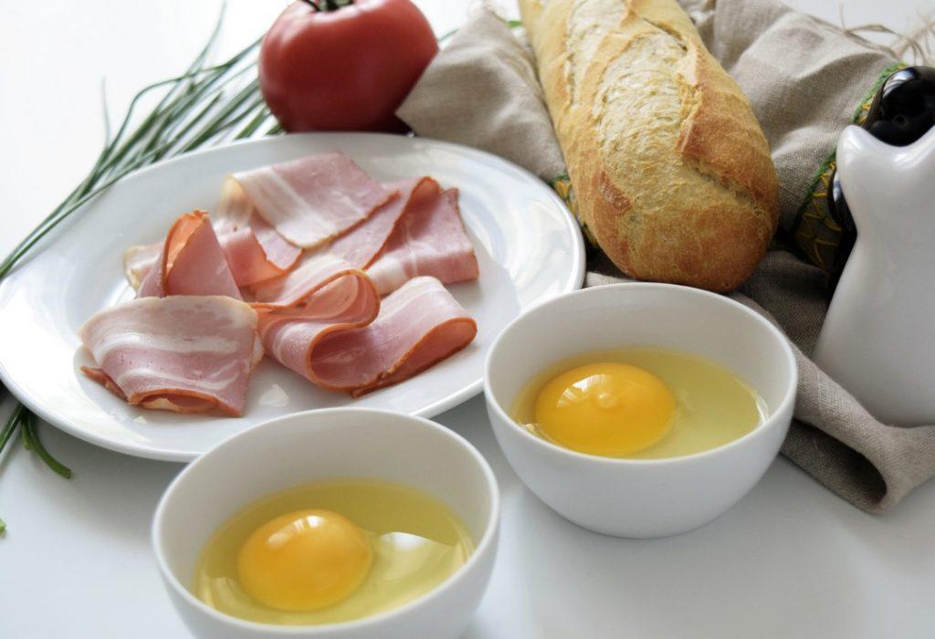 składniki potrzebne do przygotowania tostów z boczkiem i jajkiem w koszulce