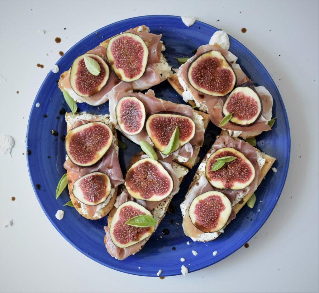 tosty z ricotta prosciutto i figami widok z gory ciekawostka