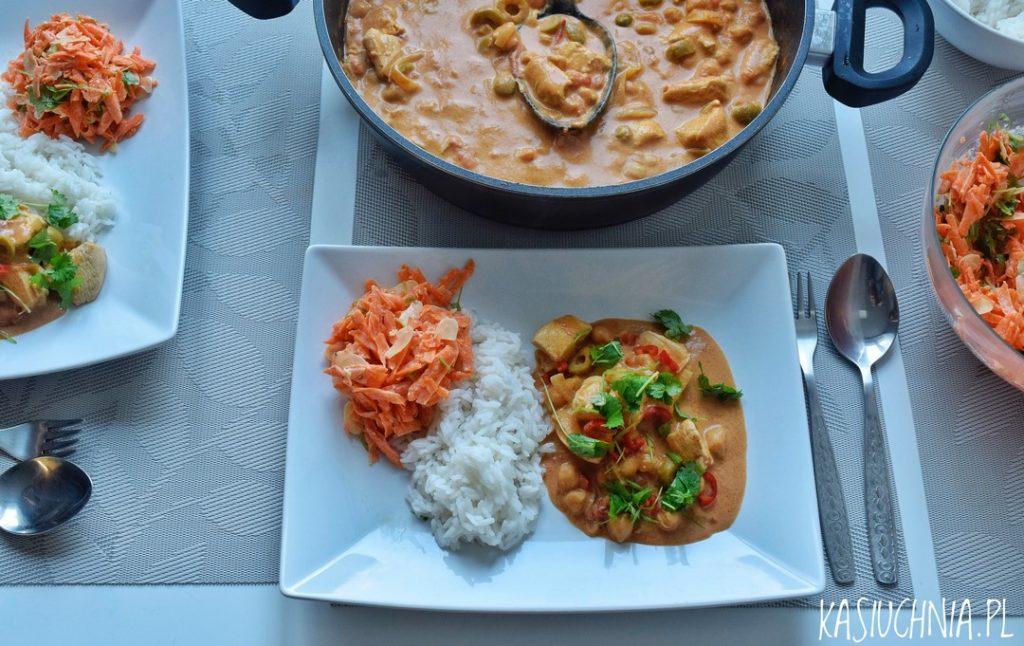 curry z kurczakiem i ciecierzyca zdjecie z gory na talerze