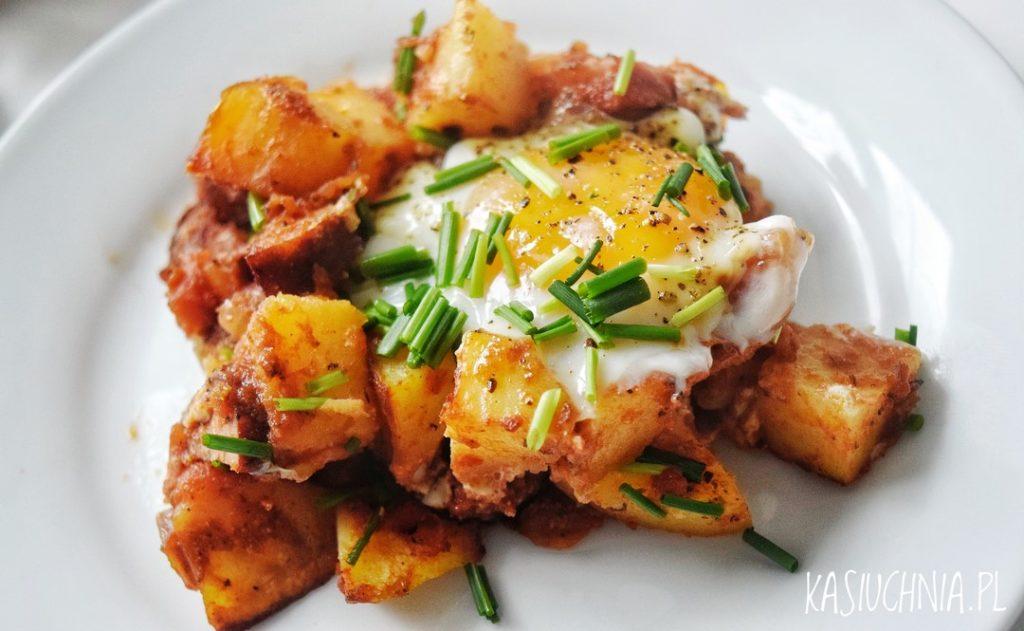 zapiekanka z ziemniakami, kielbasa i jajkiem zdjecie glowne