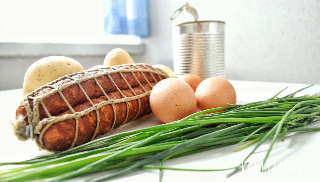 zapiekanka z ziemniakami, kielbasa i jajkiem skladniki