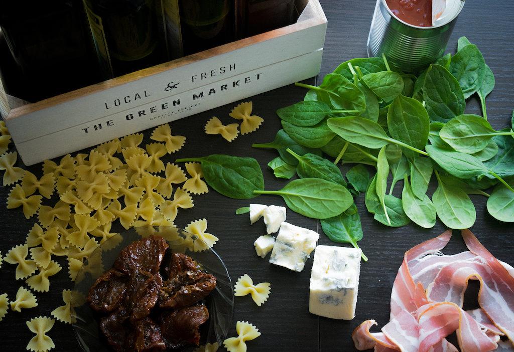 makaron z serem pleśniowym boczkiem i szpinakiem składniki