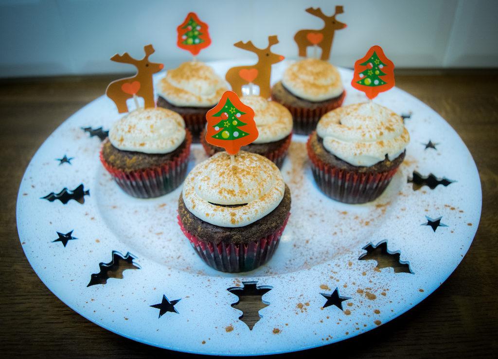 piernikowe muffiny na talerzu z gory