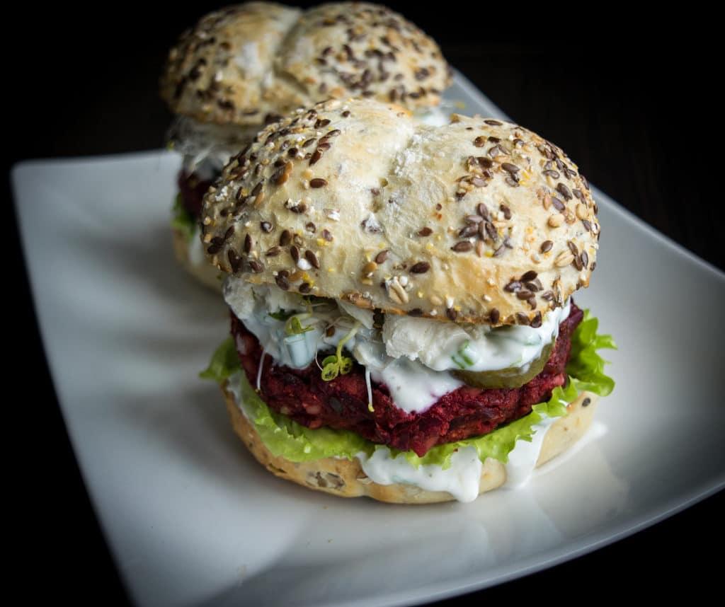 wegetariański burger z buraka i czerwonej fasoli widok z góry
