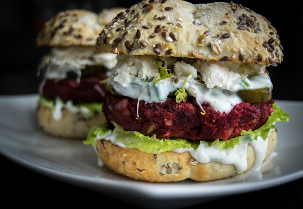 wegetariański burger z buraka i czerwonej fasoli zdjecei główne z boku