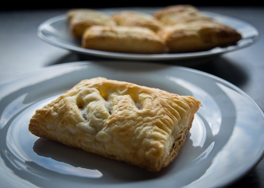 ciastka francuskie z jabłkami i cynamonem zdjecie z boku na talerzyku