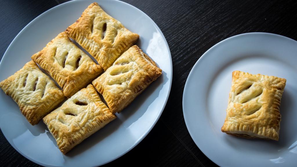 ciastka francuskie z jabłkami i cynamonem zdjecie z góry na talerzykach