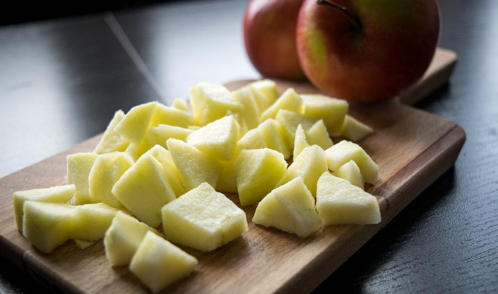 ciastka francuskie z jabłkami i cynamonem przygotowanie, pokrojone jablko
