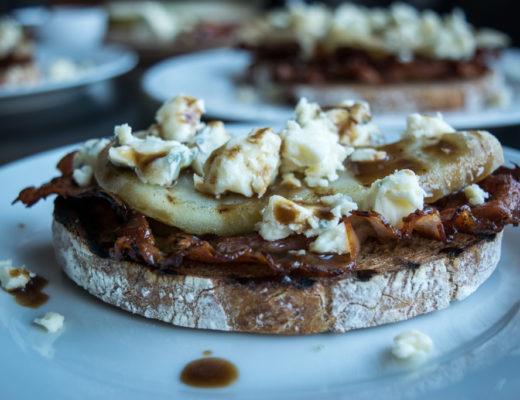 grzanki z boczkiem grillowana gruszka i serem pleśniowym zdjecie z boku zdjecie glowne