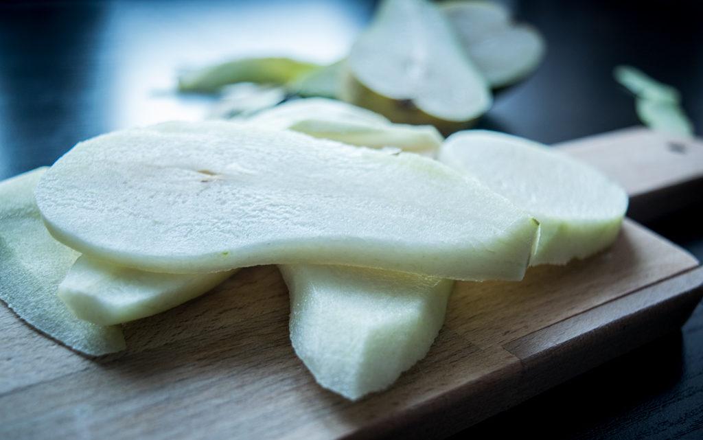 grzanki z boczkiem grillowaną gruszka i serem pleśniowym plasterki gruszki przygotowanie