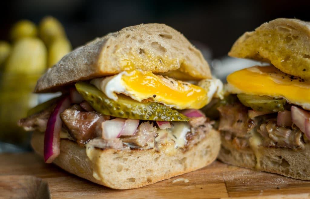 sandwich z indykiem jajkiem i domowym majonezem przekrojony
