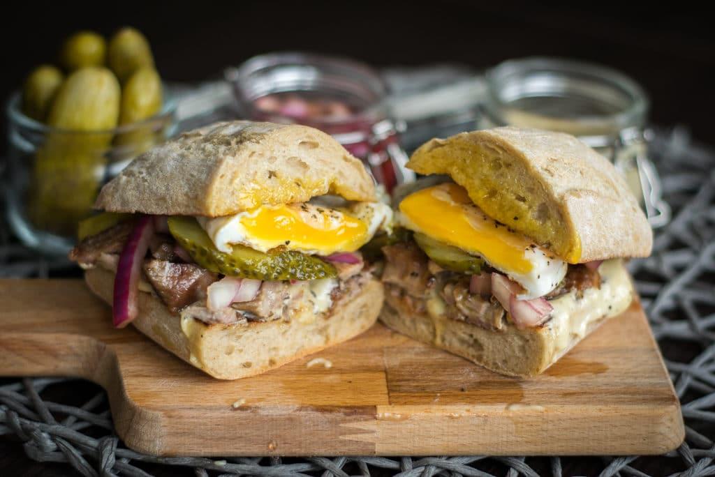 sandwich z indykiem jajkiem i domowym majonezem zdjecie glowne