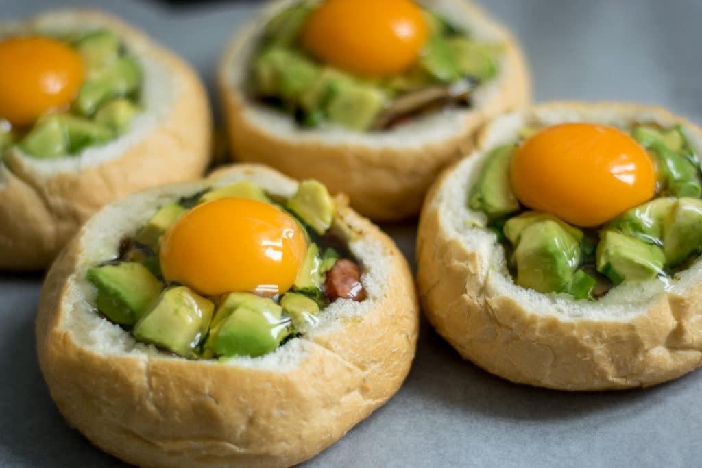 kajzerki faszerowane kielbasa pieczarkami awokado i jajkiem przygotowanie
