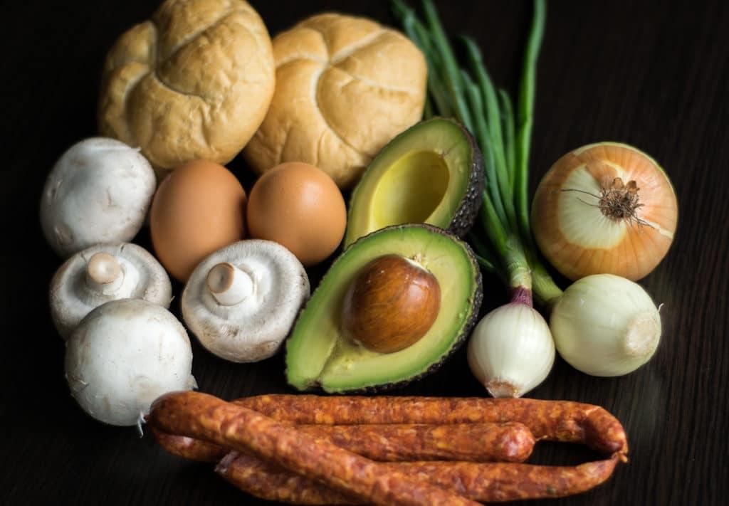 kajzerki faszerowane kielbasa pieczarkami awokado i jajkiem skladniki