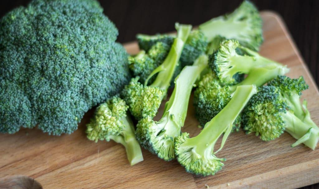 makaron z brokułem przygotowanie krojenie brokuła