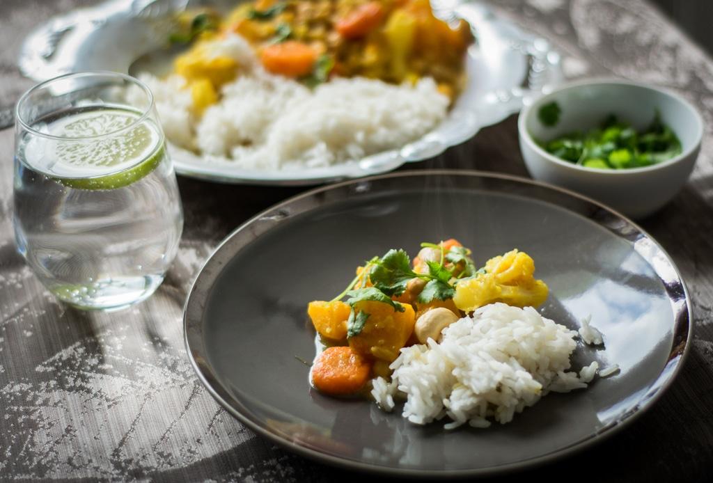 warzywne curry zdjecie glowne na talerzach