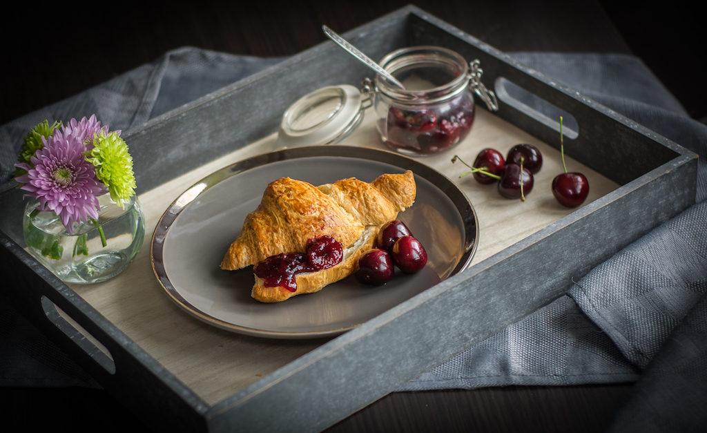 croissant z dżemem czereśniowym fotografia kulinarna