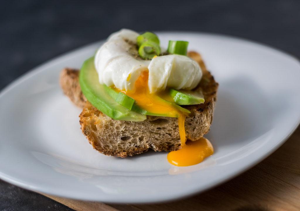 kanapka jajko awokado fotografia żywności