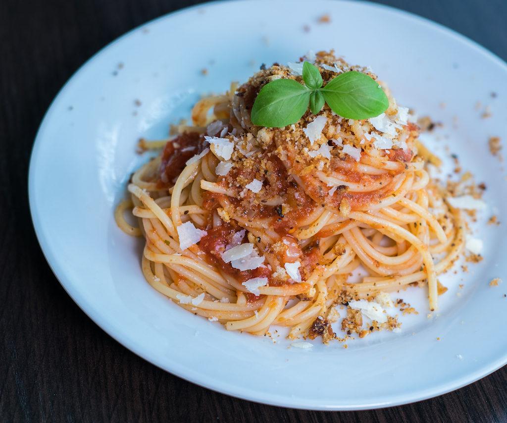 pomidorowe spaghetti z parmezanem i pangrattato