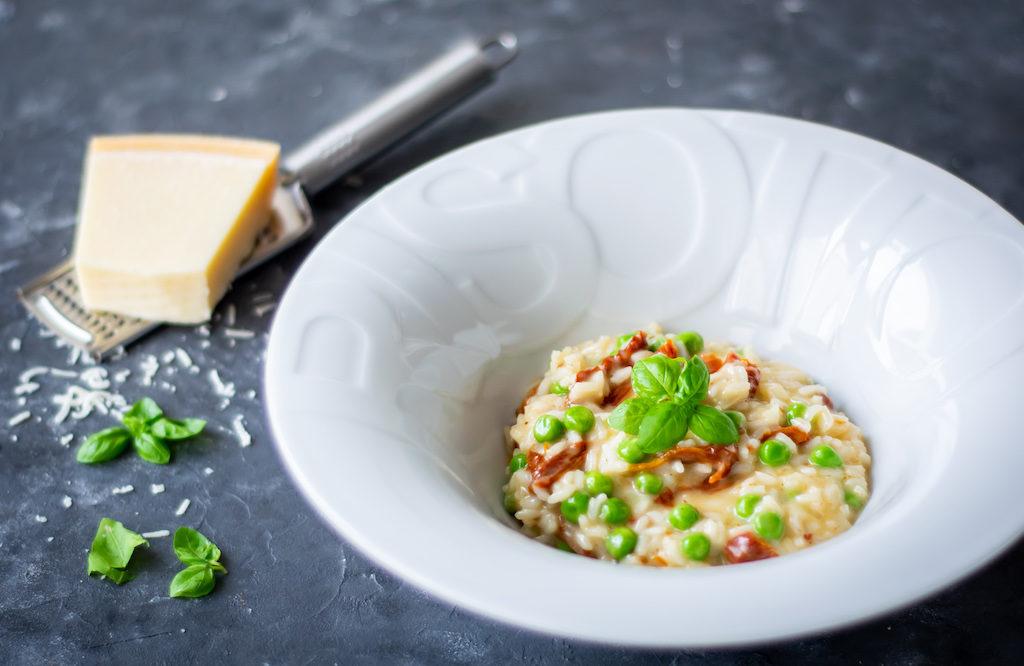 risotto z suszonymi pomidorami i groszkiem