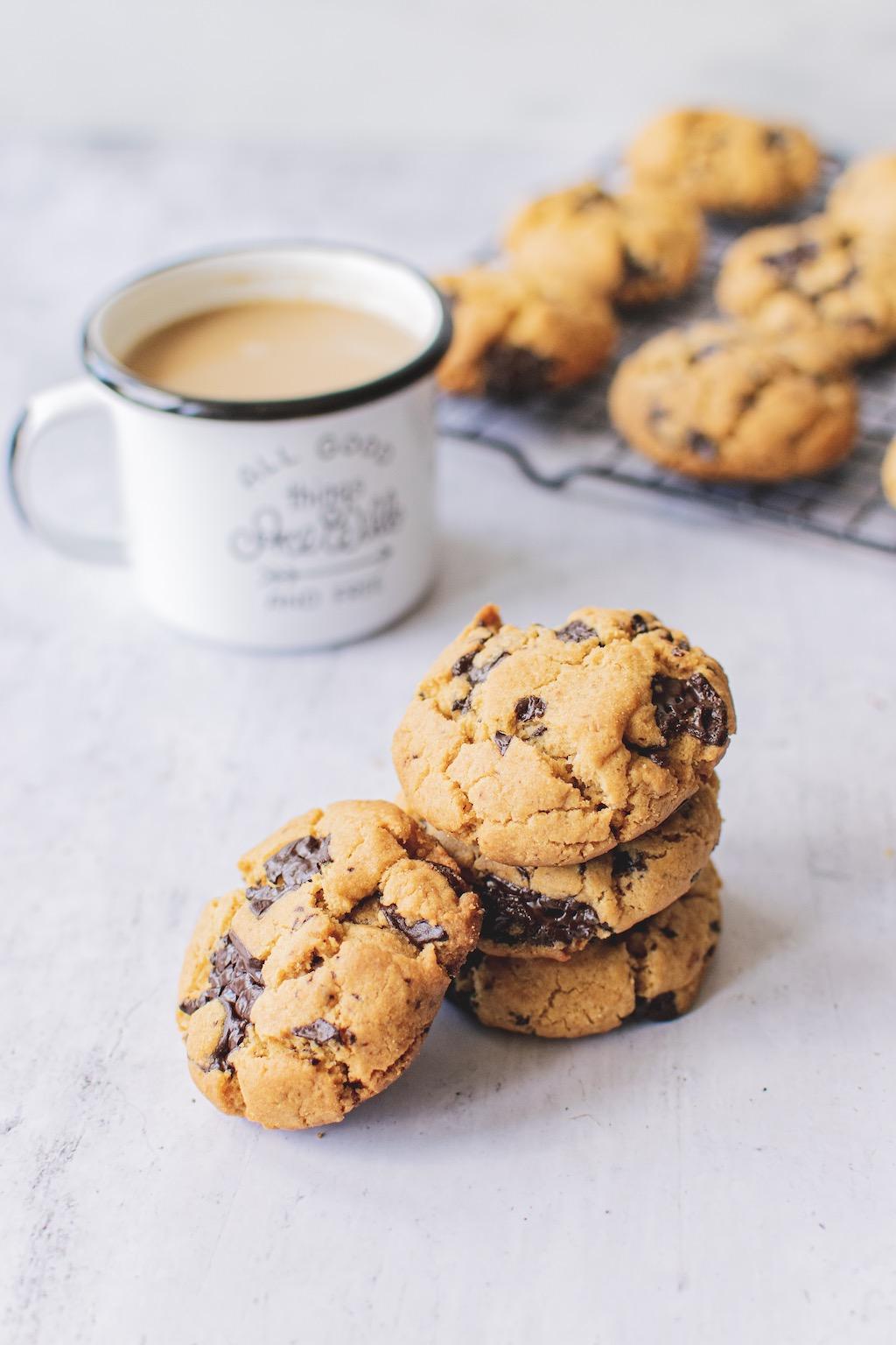 ciasteczka z masłem orzechowym i kawa