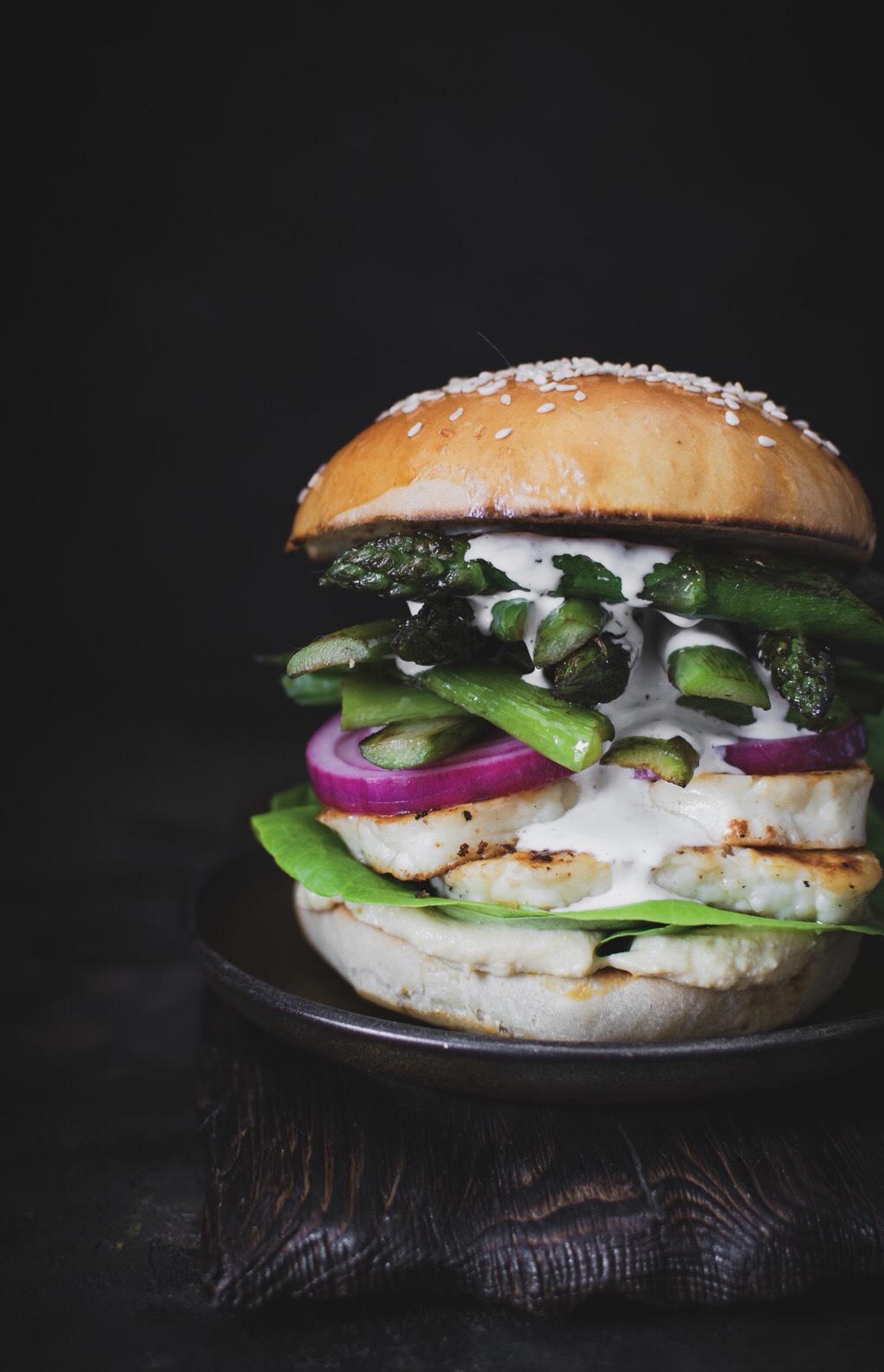 Burger-ze-szparagami-halloumi-cebula